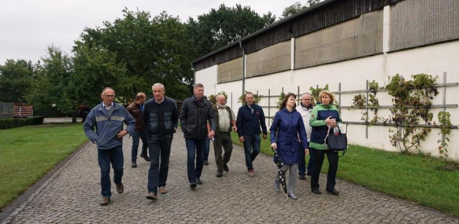 Landrat Siegurd Heinze beim Rundgang auf dem Biobauernhof Buchan