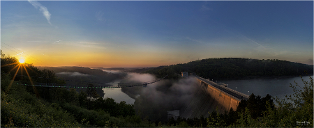 Hängebrücke bei Nacht