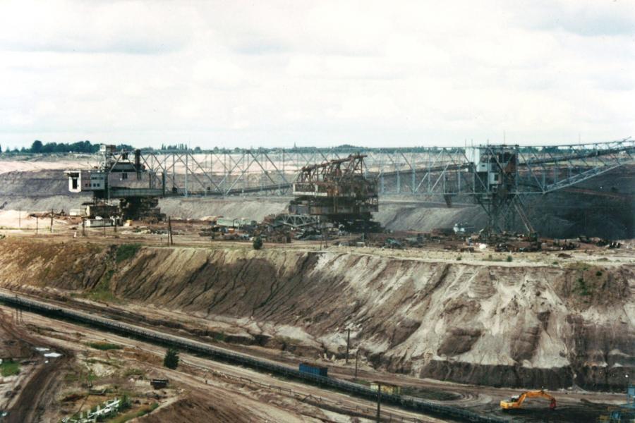 Sprengung der Förderbrücke im Tagebau Meuro 2000
