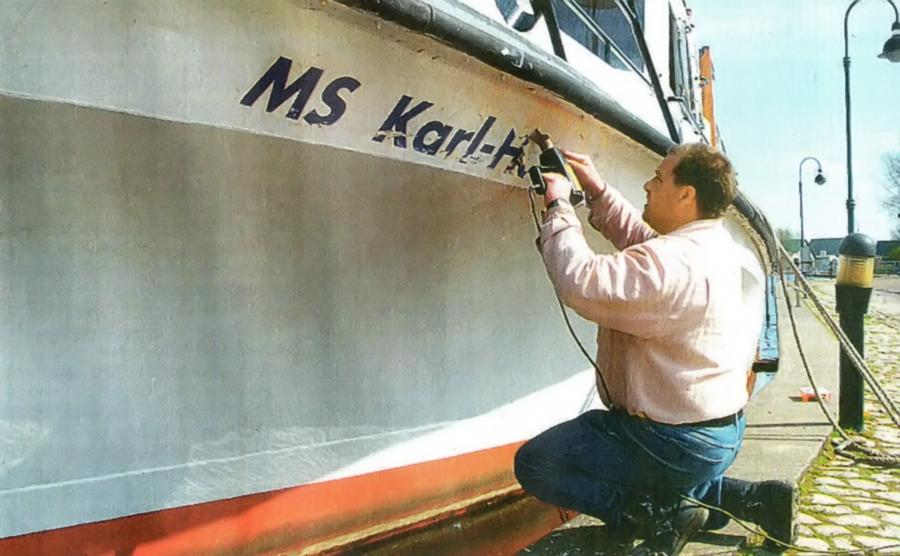 Der Name des verkauften Fahrgastschiffes wird entfernt (2002)