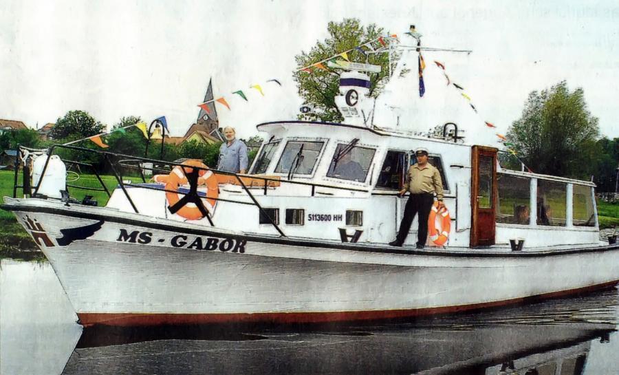 """Das in """"MS Gabor"""" umbenannte und einstmals als """"Karl-Heinz II"""" bekannte Fahrgastschiff verließ am 16. Mai 2002 den Neukalener Hafen."""