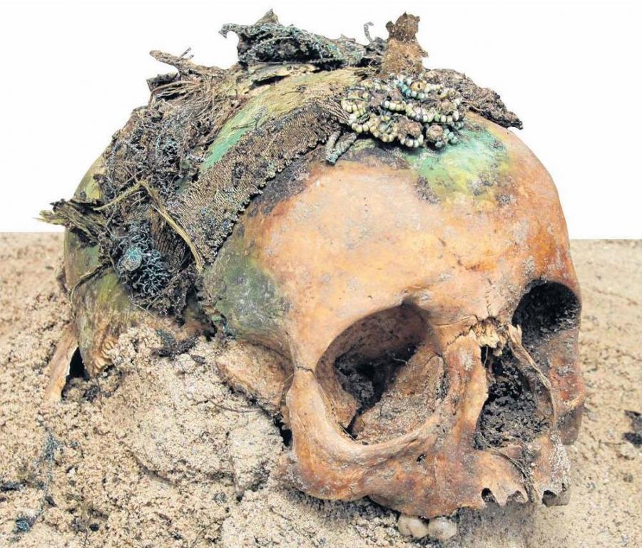 Bestattung (Grab 64) mit einer aufwendig gearbeiteten Totenkrone