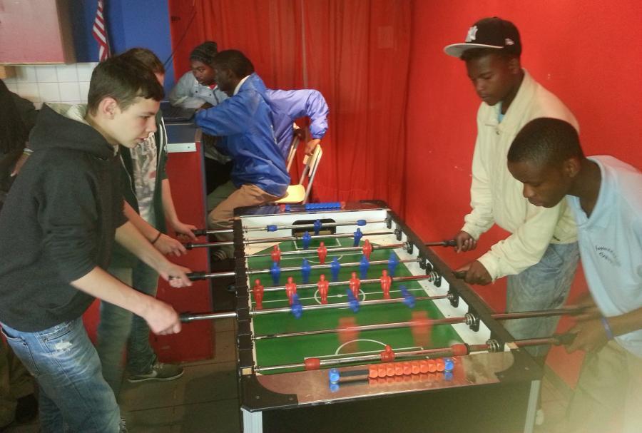 Besuch aus Namibia. Jugendliche beim Tischkicker spielen
