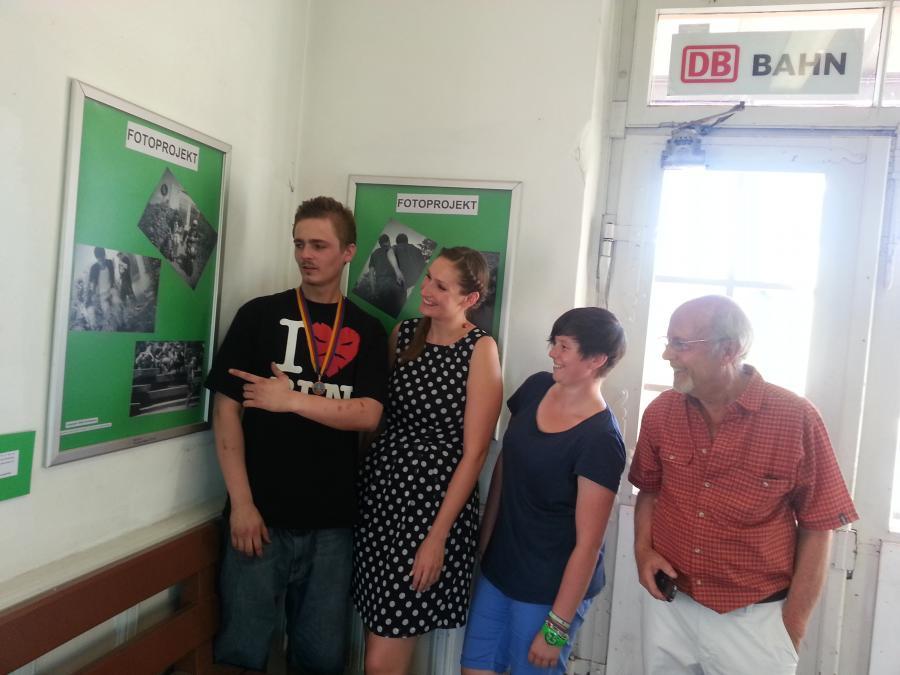 Ausstellung der Anti-Gewalt-Bilder im Bahnhofsgebäude Kirchzarten