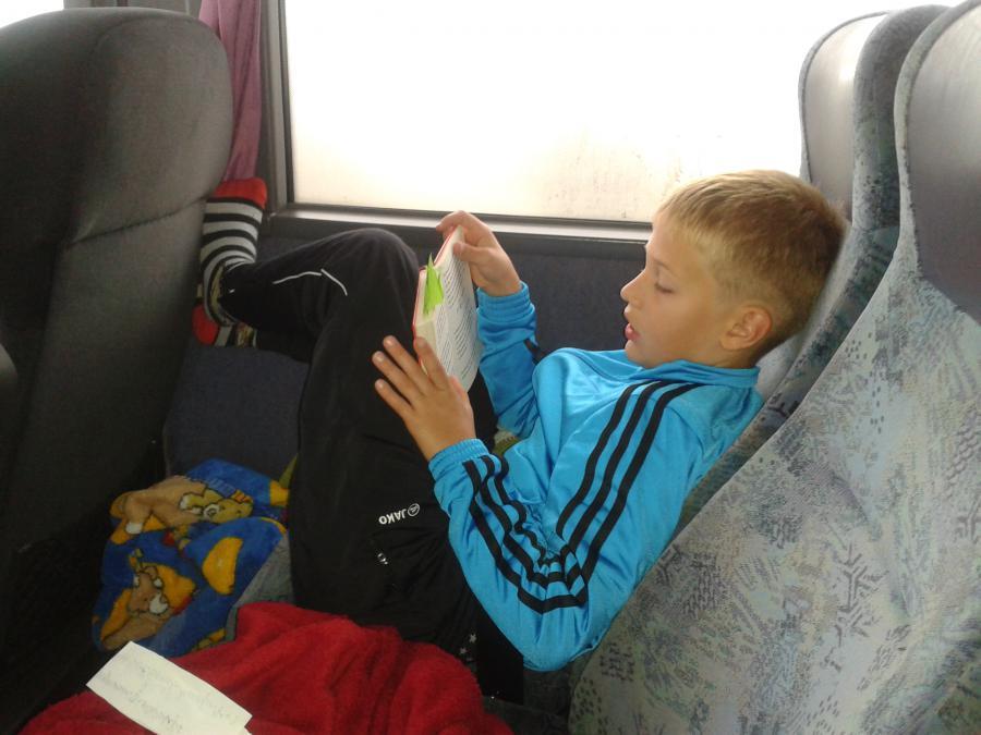 Gustav im Bus GAAANZ entspannt