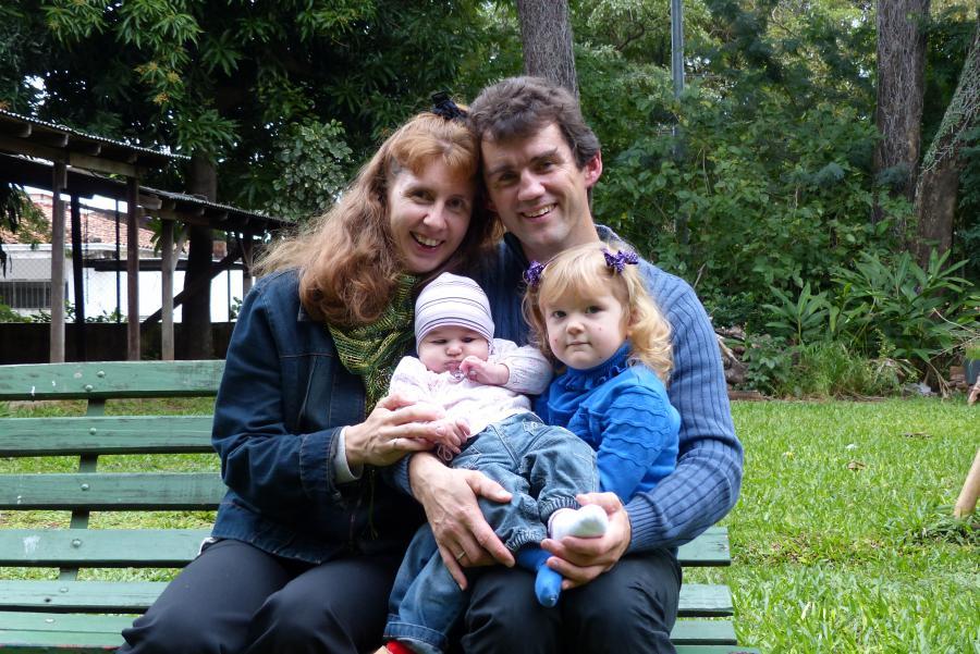 Helmut und Damaris mit Kindern