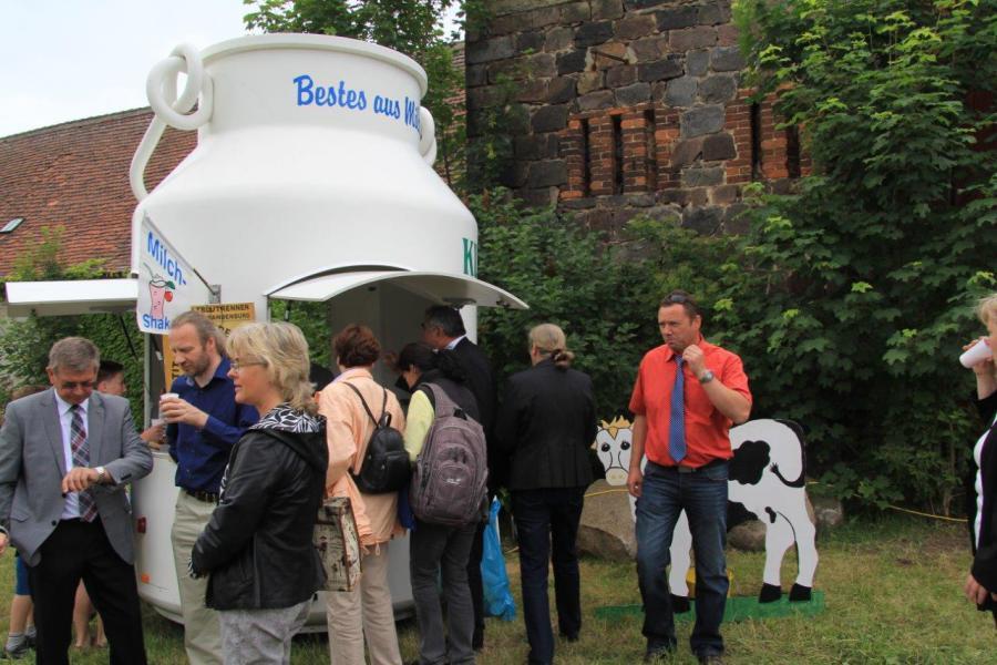 prominente Gäste an der Milchkanne