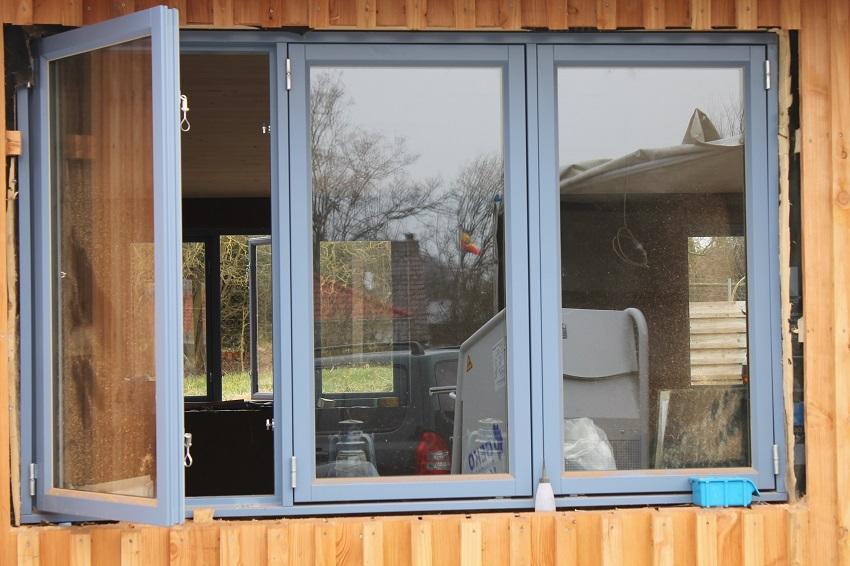 ..nach außen öffnende Fenster ohne Sprossen..