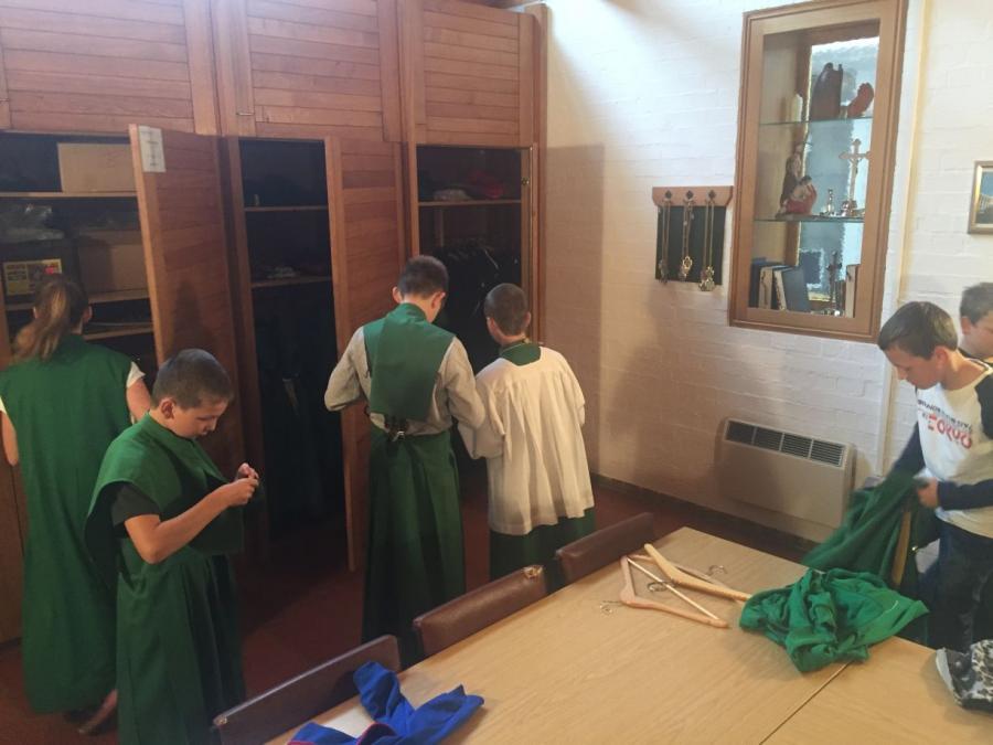 Ministranten beim Ankleiden