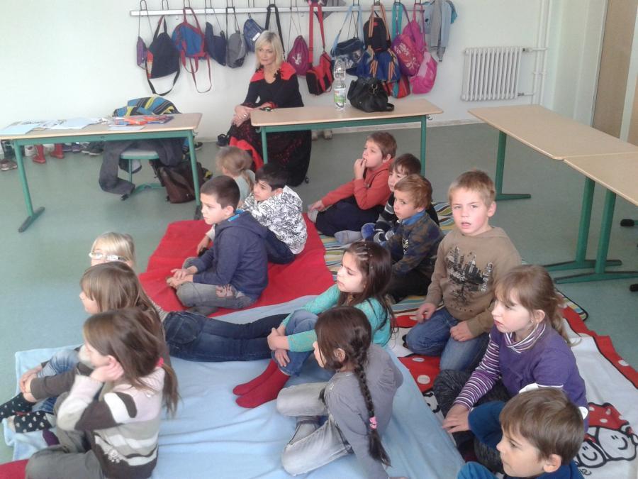 Frau Holle - Die Kinder lauschen begeistert