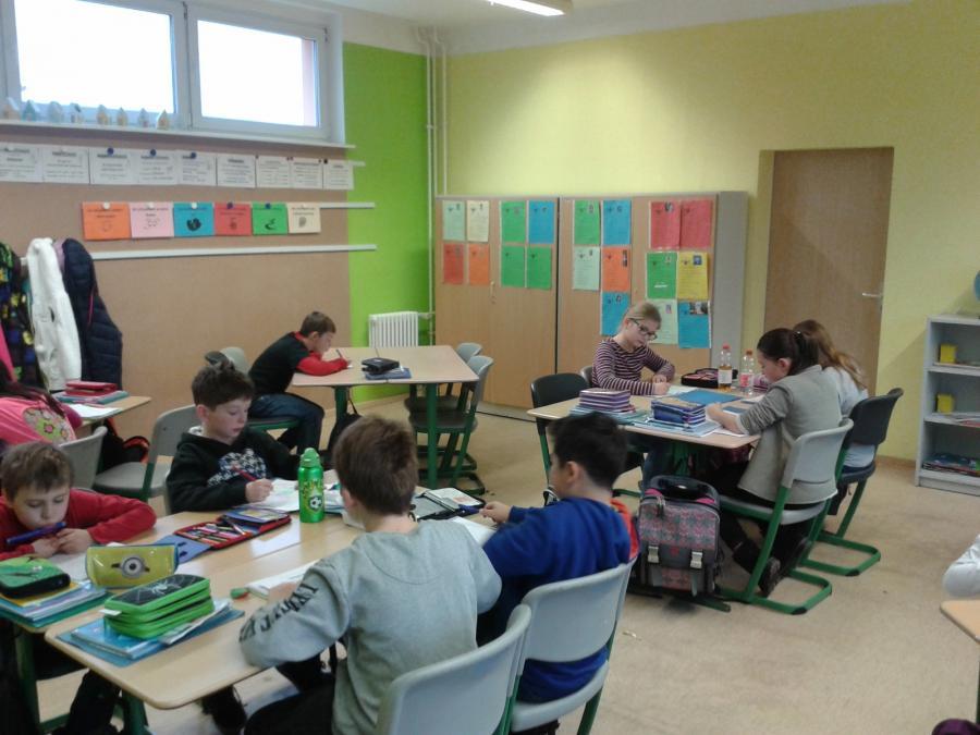 Klasse 4a in ihrem neu renovierten Klassenraum