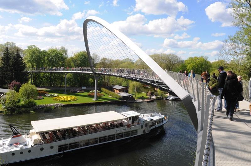 Weinbergbrücke und Ausflugsschiff (c) Buga-Zweckverband