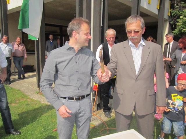 Foto: Erster Spatenstich / Grundsteinlegung zur Erweiterung des Kindergartens am Kirchweg mit Architekt Gerhard Ackerbauer (li.) und Bürgermeister Herbert Rössel