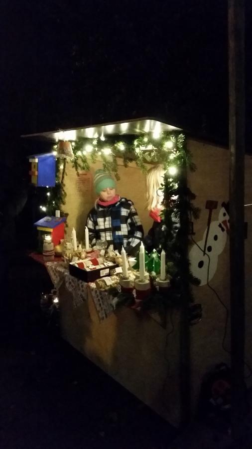 Auch die Kinder bieten am Brezelbasar Geschenke an !