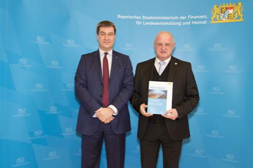 Bürgermeister Klaus Schmid erhält den Förderbescheid in Höhe von 372.308 €.