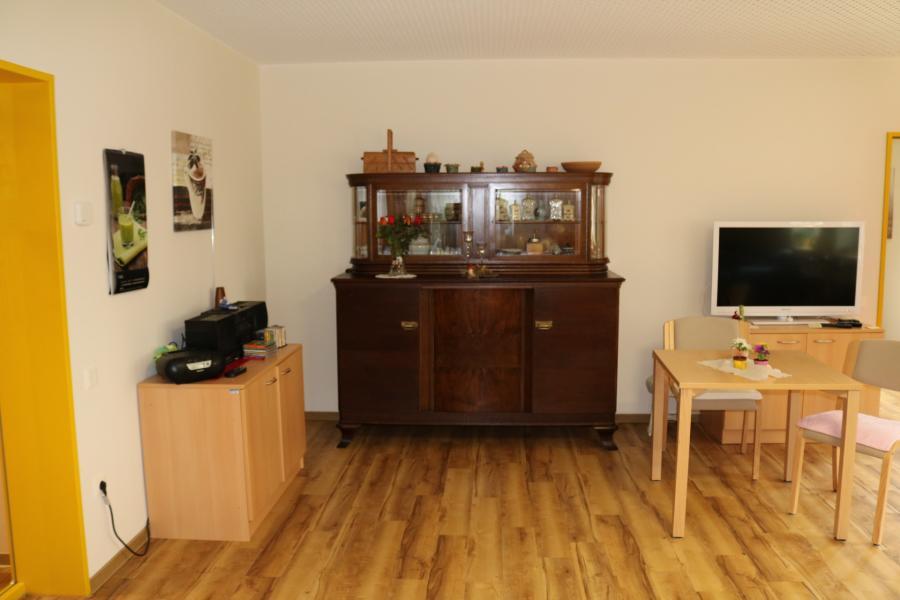 Wohnbereich mit altem Büfett in der Tagespflege