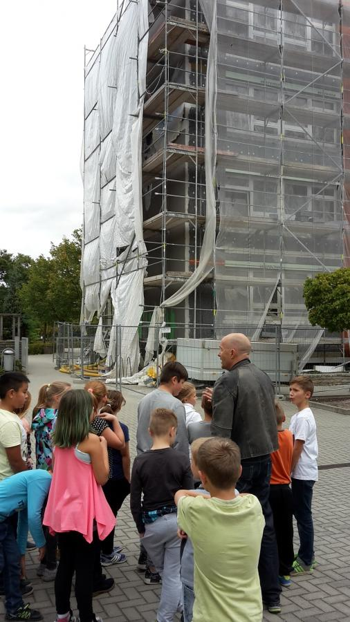 Architekt F. Jasinski erläutert die Fassadenarbeiten