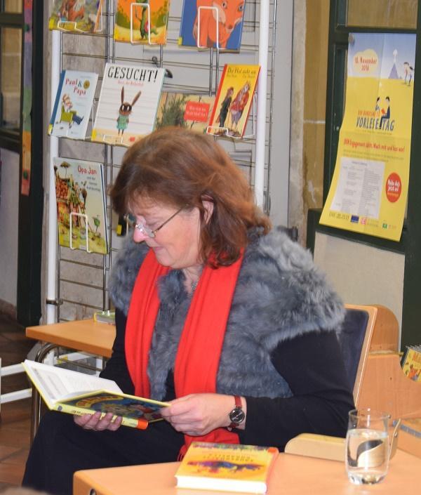 Kirsten Gurske, stellv. Landrätin, begeistert Schüler der Schollschule mit dem Buch Ben Biener - APP ins All.