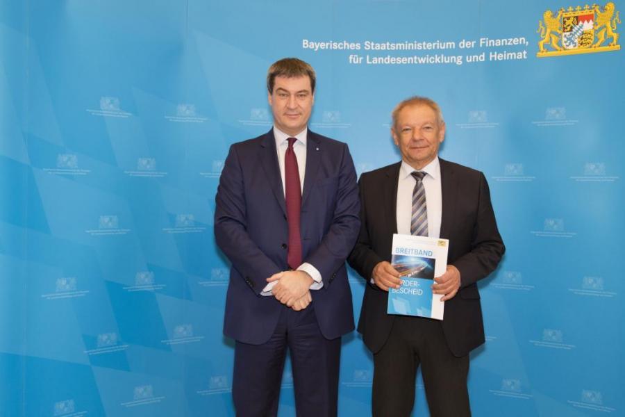 Bürgermeister Walter Czech erhält den Förderbescheid in Höhe von 219.404 €.