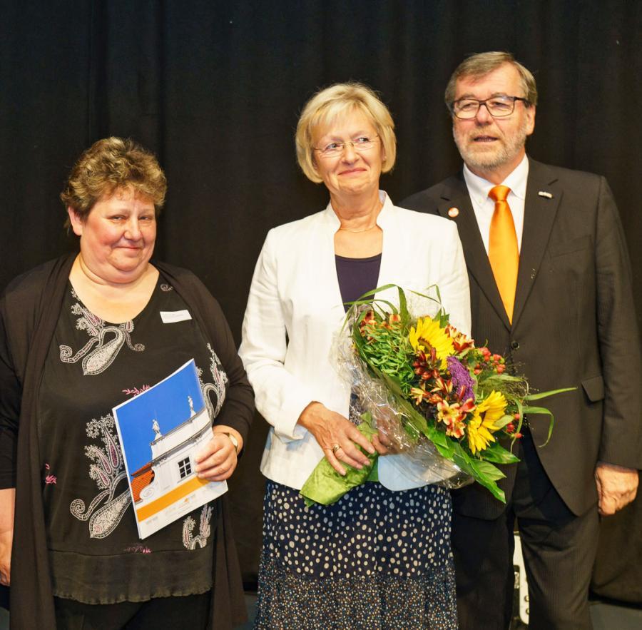 Preisübergabe des Ehrenpreises 2016 in der Kategorie Vereine an Viola Knerndel (l.) und Elke Rosenberg vom Arbeitslosenservice »Horizont«