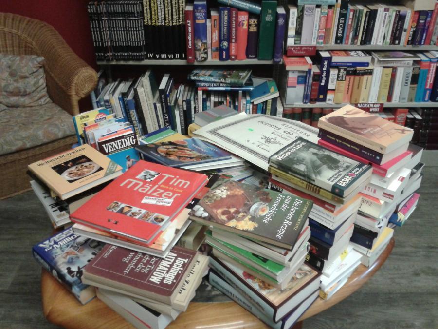 Büchertisch mit Leseecke