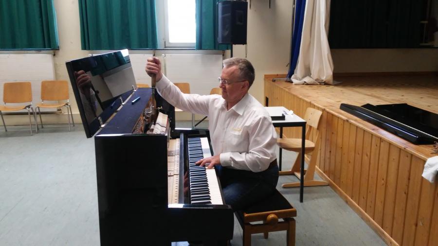 Klavier wird gestimmt 2