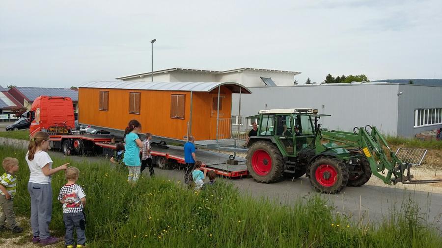 Bauwagen auf dem Tieflader