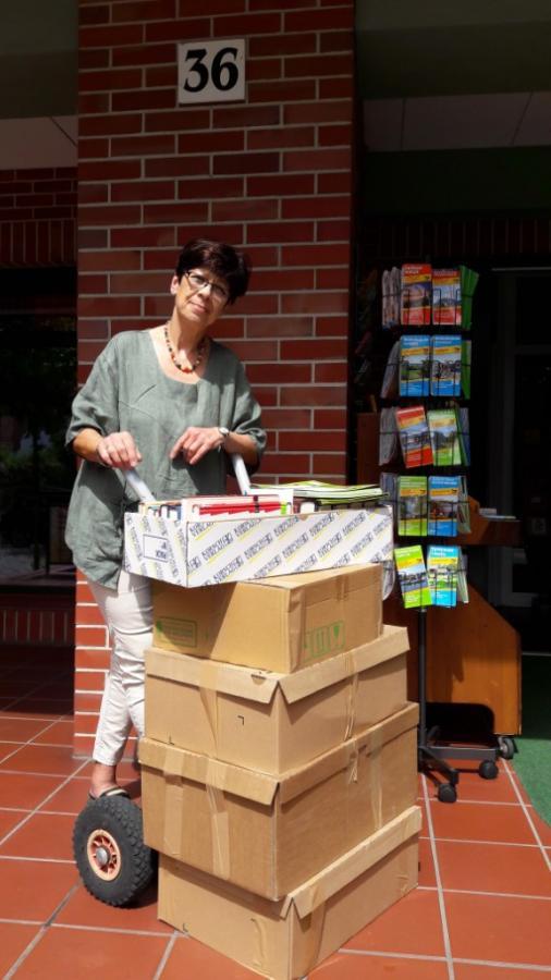 Raja Bünger gibt Leseexemplare an Bibliotheken und Schulen weiter
