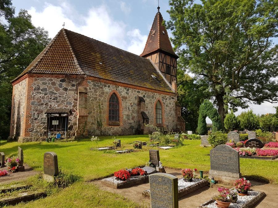 Friedhof und Kirche in Alt Rhäse