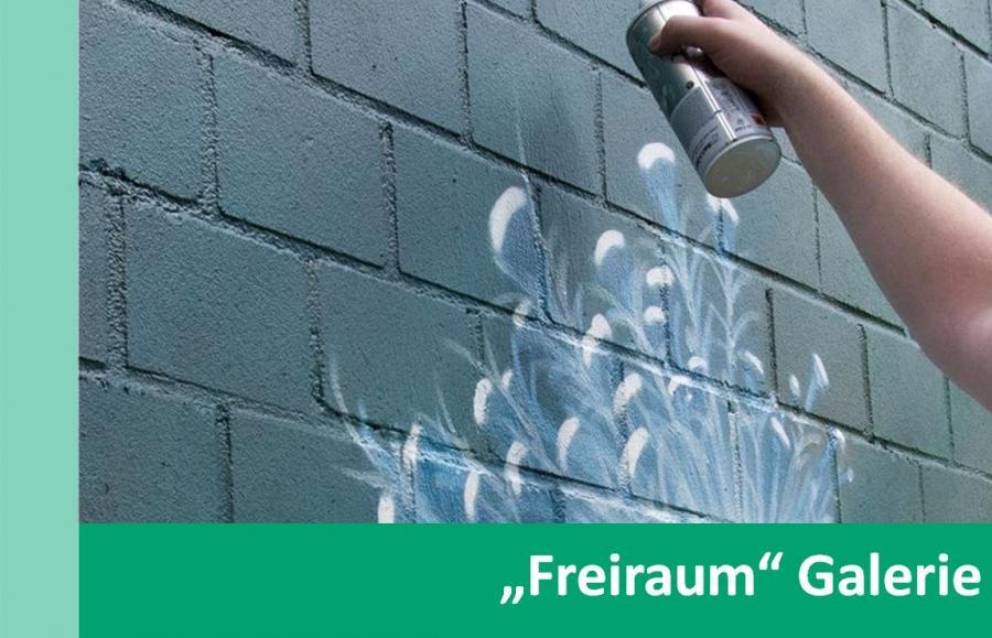 """Link zu """"Freiraum"""" Galerie; Bild zeigt wie jemand mit einer Spraydose etwas an eine Wand sprayt"""