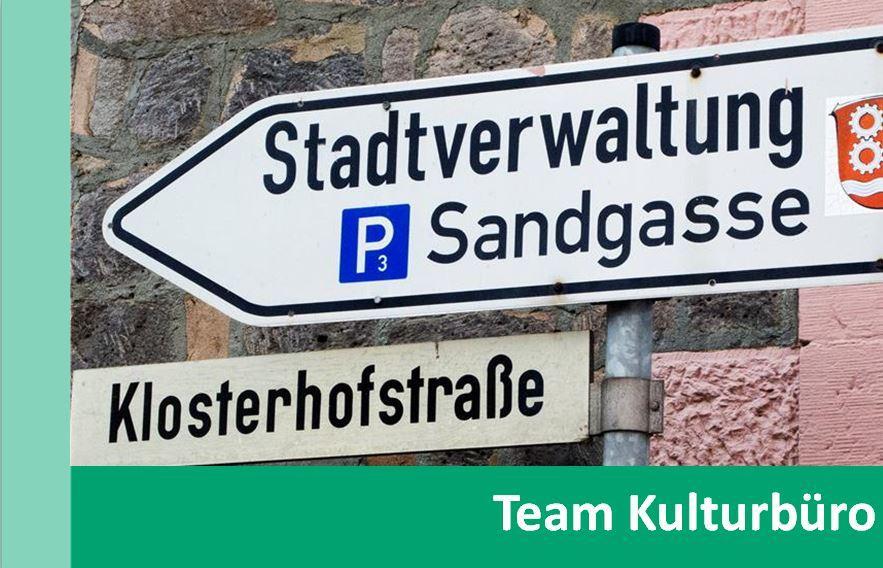 Link zu Team Kulturbüro; Bild zeigt das Straßenschild Klosterhofstraße und das Wegweiserschild zur Stadtverwaltung
