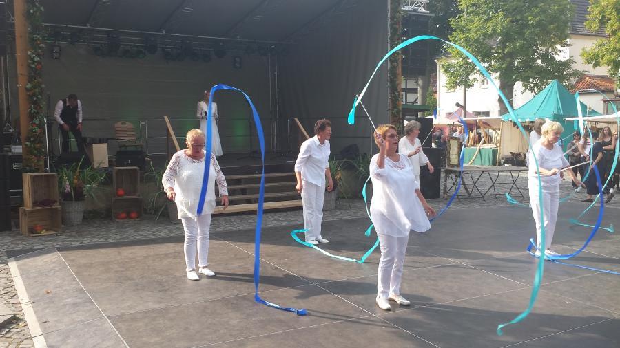 Tanz mit Schwungbändern 1