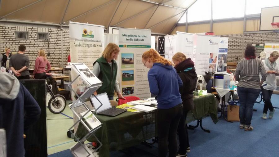 Schüler im Gespräch mit Standbetreuerin Frau Kampfenkel von der Bauerngenossenschaft Dahme.