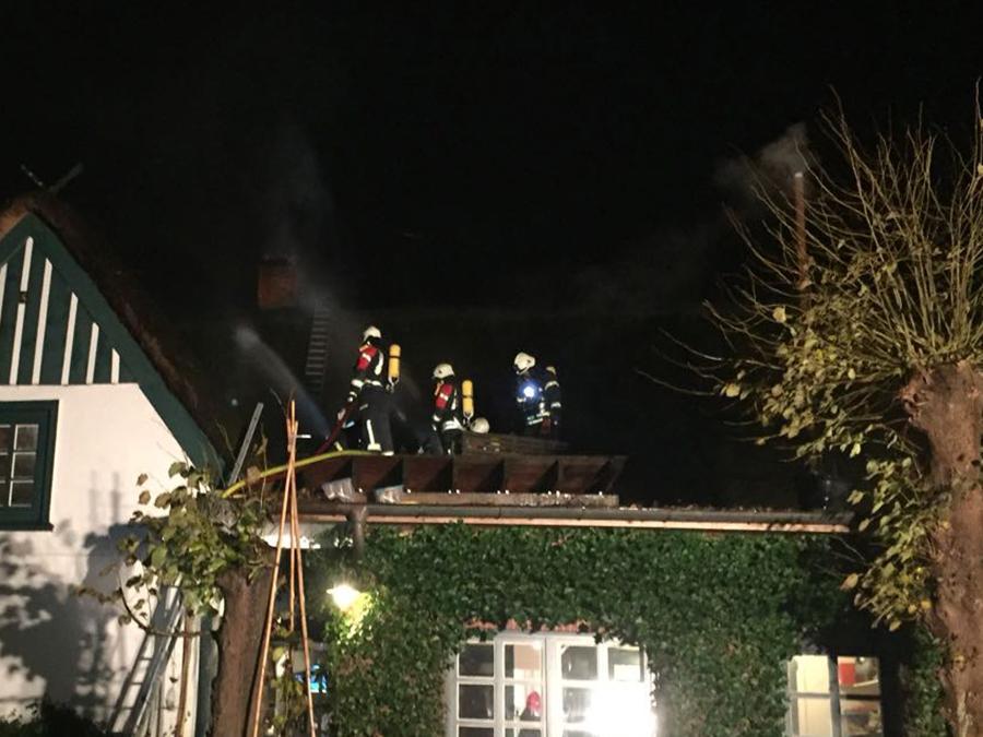 Atemschutzgeräteträger schützen das Reetdach im Außenangriff (Foto: R. Lesker)