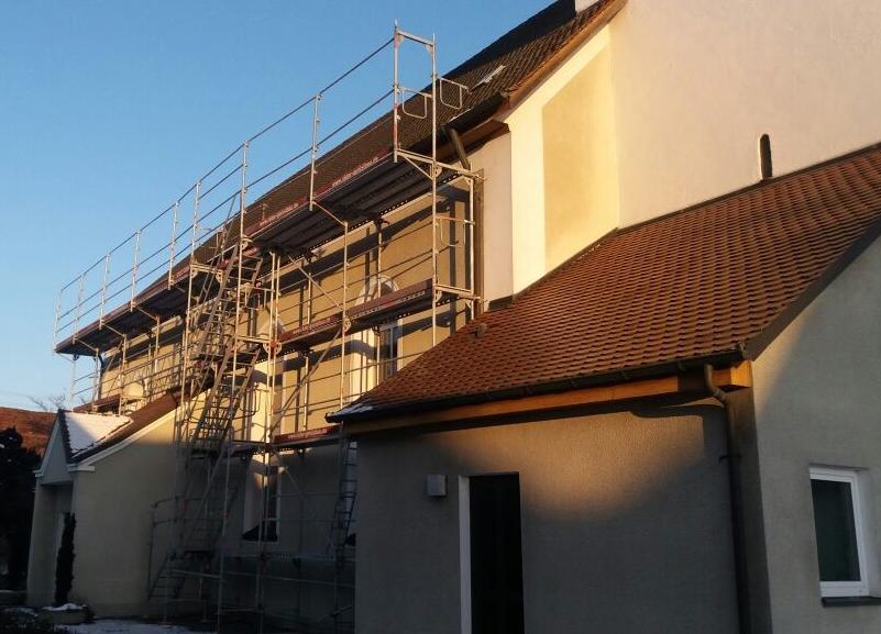Petruskirche Beimerstetten: Aufbau des Aussengeruests zur Dachstuhlsanierung
