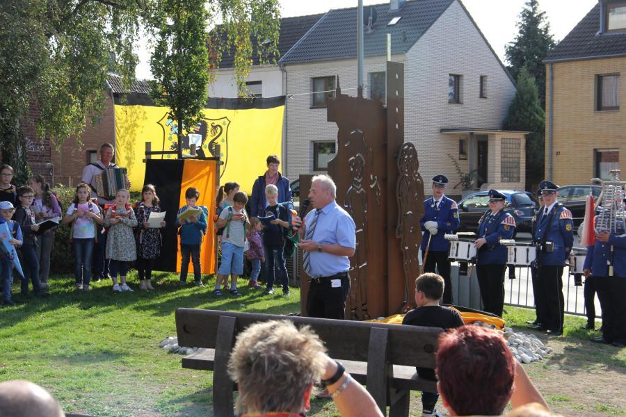 Dieter Topa erläuter das Denkmal