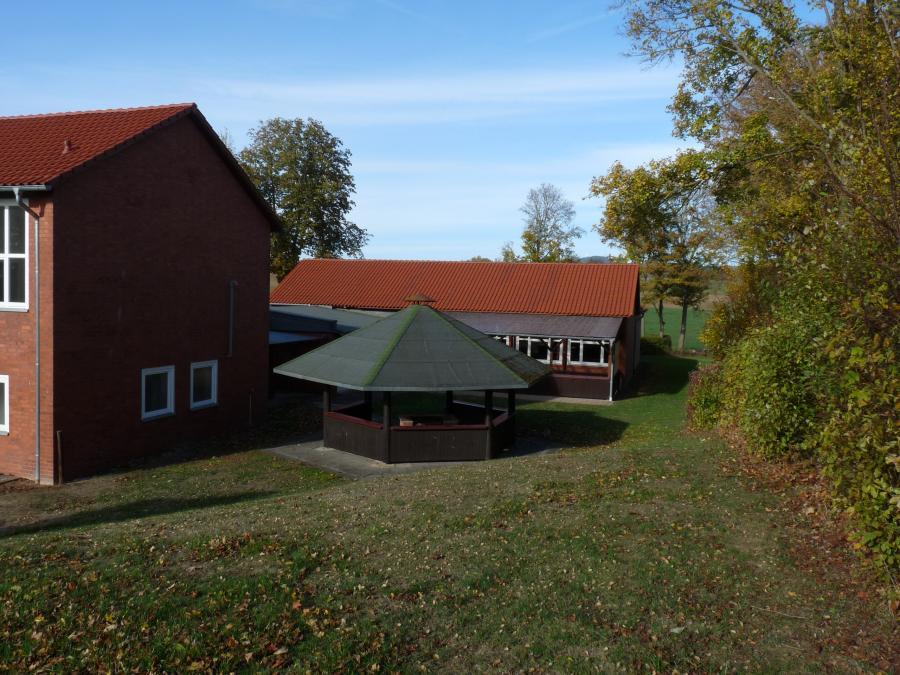 Außenbereich Pergola und Grillhütte