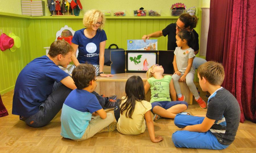 Externer Link zu Maintal macht mit; Bild zeigt Freiwillige im Kindergarten beim Spielen; Foto: Maintal Aktiv Freiwilligenagentur