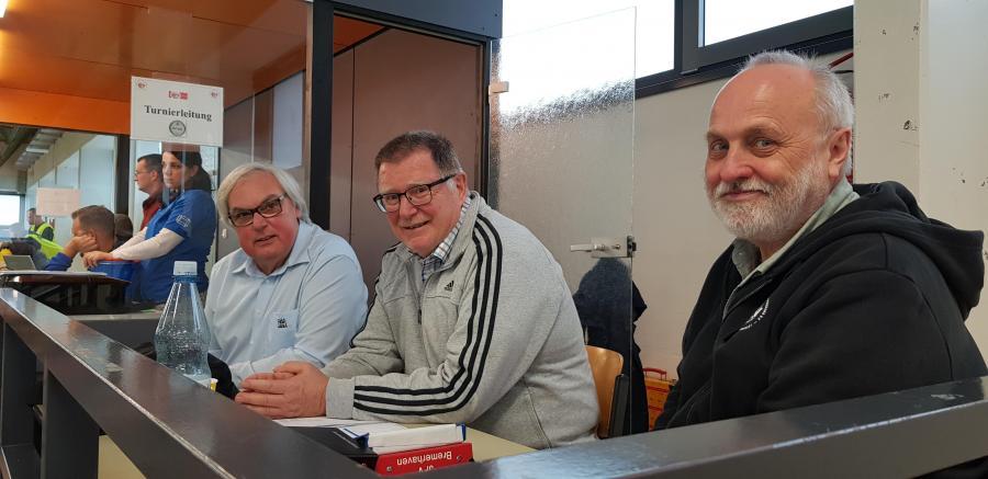 Die Turnierleitung hatte alles im Blick (v.li.): Jens Bendixen-Stach Vorsitzender des Jugendausschuss vom Hamburger Fussballverbandes, Walter Fricke Vorsitzender des Jugendausschuss vom Niedersächsischen Fussballverband mit Wolfgang Schönfeld Mitglied des Jugendausschuss beim NFV und zuständig für den Futsal-Bereich