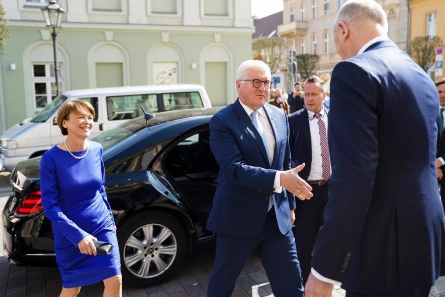 Bundespräsident Frank-Walter Steinmeier und seine Frau Elke Büdenbender kommen am Museum Neuruppin an.