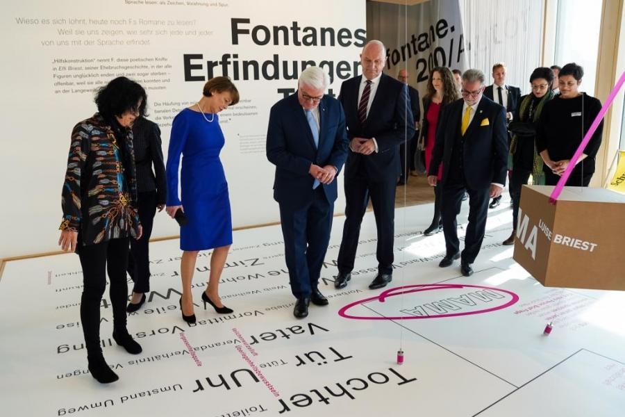 Kuratorin Prof. Dr. Heike Gfrereis zeigt Bundespräsident Frank-Walter Steinmeier, Ministerpräsident Dr. Dietmar Woidke und anderen Besucher*innen die Ausstellung.