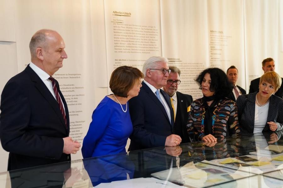 Bundespräsident Steinmeier, Ministerpräsident Dr. Woidke und andere Besucher*innen in der Ausstellung.