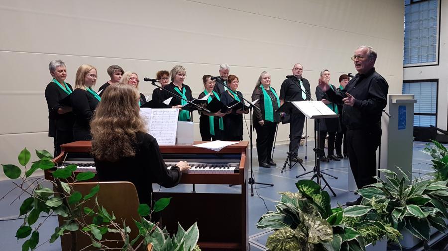 Die Piccolinos werden von Natalia Wittstein am Klavier begleitet. Foto: Hans-Jürgen Fischer