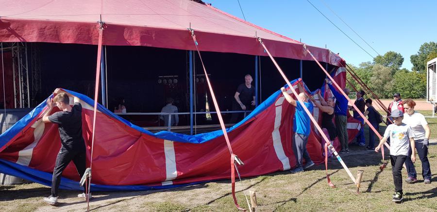 Aufbau des Zirkuszeltes