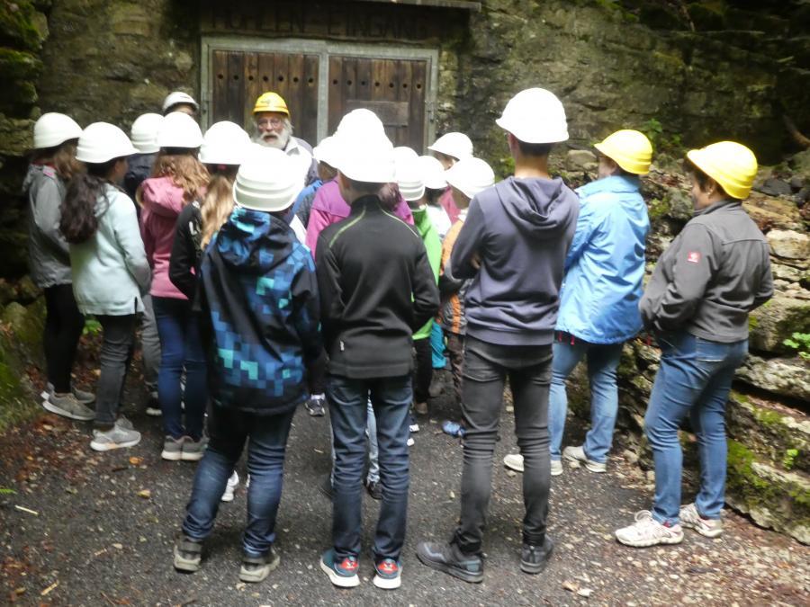 Ferienprogramm 2019 der Gemeinde Großenlüder mit den Natur- und Wanderfreunden Großenlüder vor der Höhlenführung, Foto: Walter Motz