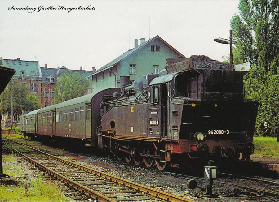 Güterzugdampflokomotive 94 2080 steht mit Personenzug