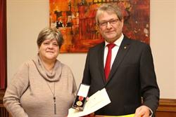 Landrat Manfred Nahrstedt überreichte Kerstin Löding-Blöhs die Verdienstmedaille des Verdienstordens der Bundesrepublik Deutschland. Foto: LKLG