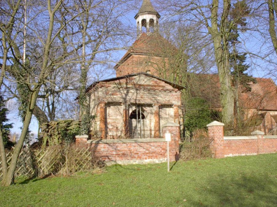 Die 1851/52 erbaute Grabkapelle der Familie Viereck (Foto von 2002)