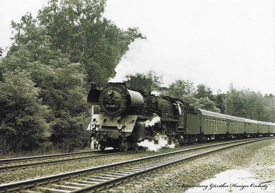 Schnellzuglokomotive 03 2095 mit einem Personenzug  nach Görlitz auf der Rampe vor Dresden-Klotzsche