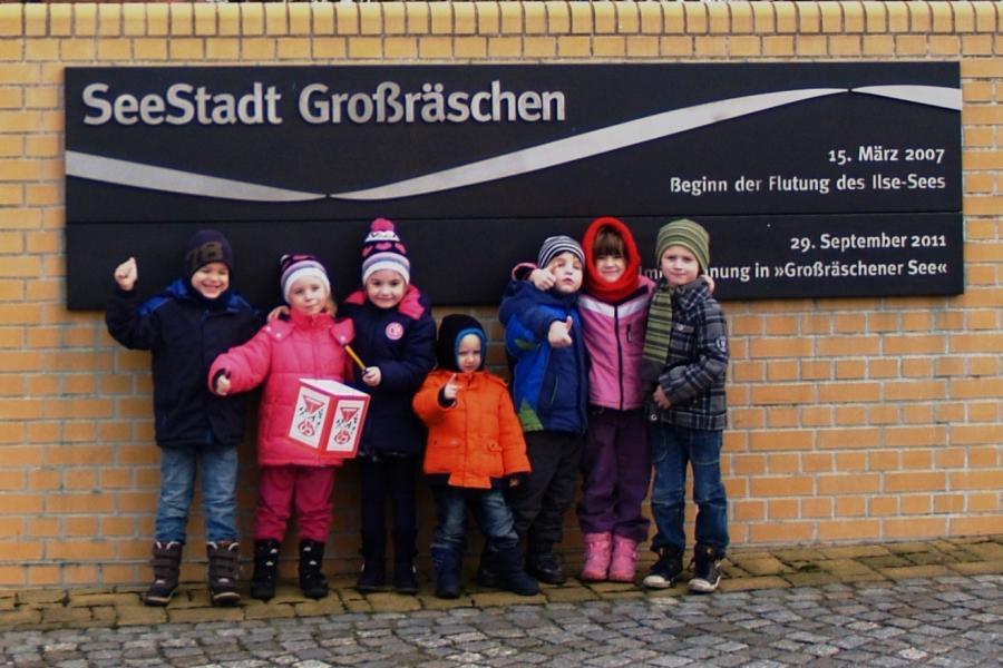 Kinder vor dem Stadtmotiv